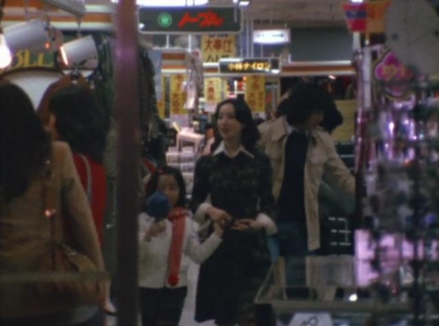 デパートで買い物を楽しんでいた山口百子・野村タケシ・梅田カオルの3人・・・