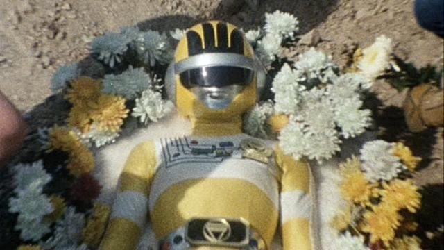 小泉 ミカ(こいずみ みか) / イエローフォー(初代)は、バイオマンのサブリーダー的ポジションにあったが、仲間を救うため、反バイオ粒子を用いたバイオキラーガンの犠牲となり、凄絶な最期を遂げる。