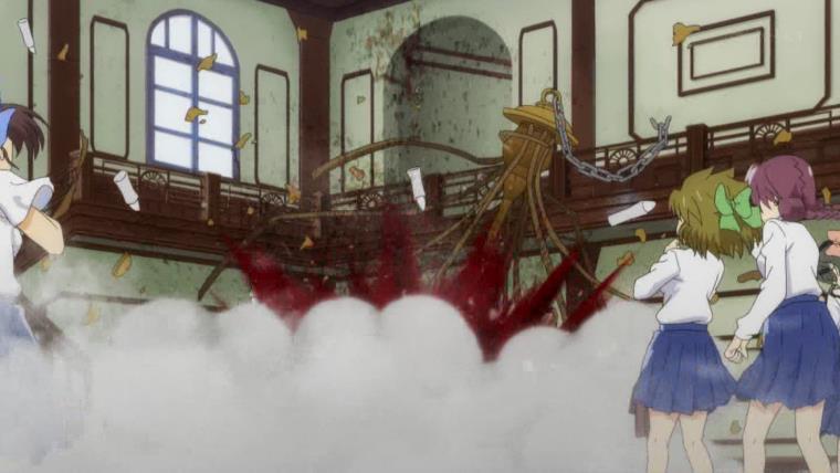 梨花の困惑もよそに沙都子が指を鳴らした次の瞬間、抱き合う二人の上にシャンデリアが落ちた。