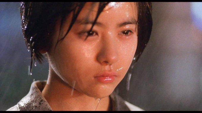 比良坂綾奈(ひらさかあやな)は、ガメラとギャオスの戦いに巻き込まれて両親を失い、それ以来ガメラを激しく憎み続けていた。両親の仇と見なすガメラに対する憎悪からイリスを育て始め交信するようになる。