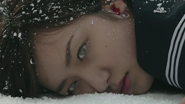 長田結花は第3話で陸橋の階段からの転落事故により死亡し、クレインオルフェノクとして覚醒する。