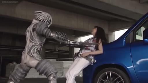 木村沙耶は、澤田=スパイダーオルフェノクと遭遇。急遽デルタドライバーを装着してデルタに変身しようとするが、その隙を付かれてスパイダーオルフェノクに手裏剣状の剣で腹部を刺され、車に串刺しにされる。