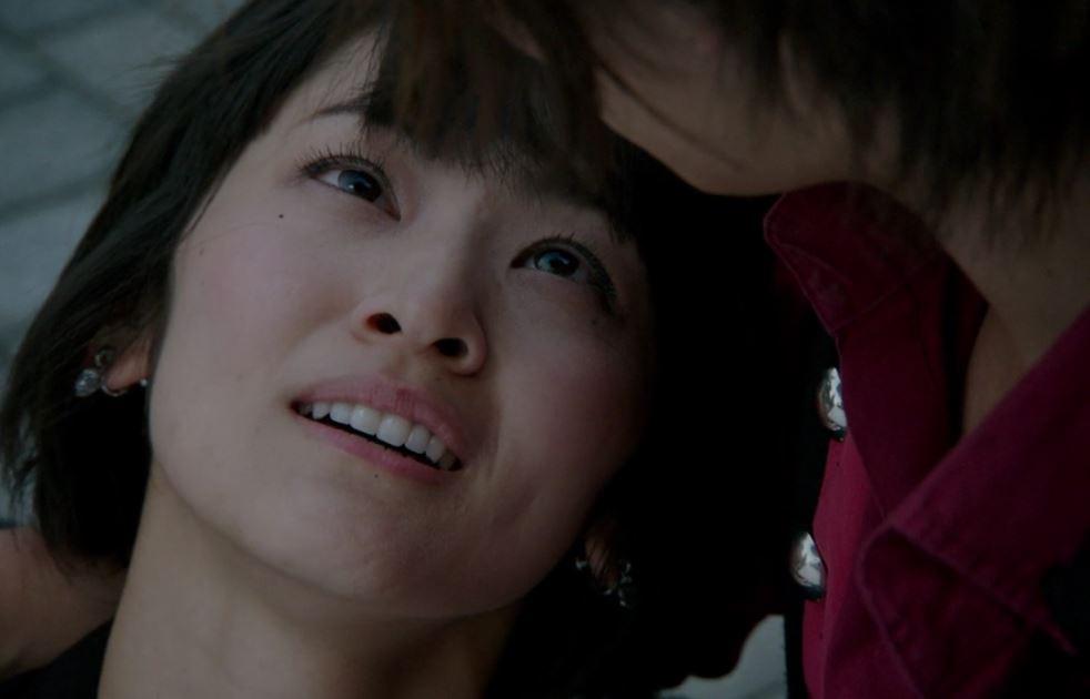 『仮面ライダー鎧武』第45話「運命の二人 最終バトル!」にて、仮面ライダーマリカ/湊耀子は、ザックが仕掛けた爆弾から戒斗をかばい、致命傷を負う。その後、愛する戒斗の腕の中で安らかに息を引き取る。戒斗への愛に殉じたその姿は、あまりにも儚く、切ないものであった。