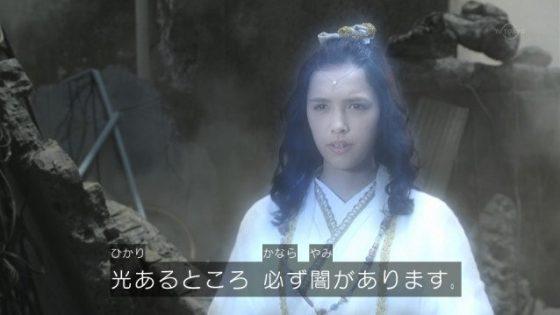 玉響姫(タマユラ姫)からゾフィーとウルトラマンベリアルのカードを受け取るガイ。