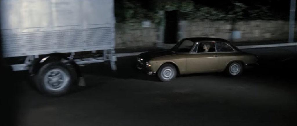 車で逃走する真犯人が、前方不注意でトラックに追突する真犯人の死亡オチ。ジャッロ作品ではよくあるパタンだが、アルジェント監督は、なんとこの追突事故を詳細に残酷美として仕上げ、映像化した。