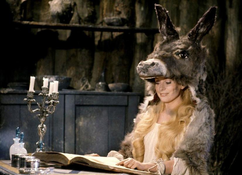 カトリーヌ・ドヌーブが演じる「ロバの皮」を身にまとった王女(『ロバと王女』の劇中より)(C) APOLLO