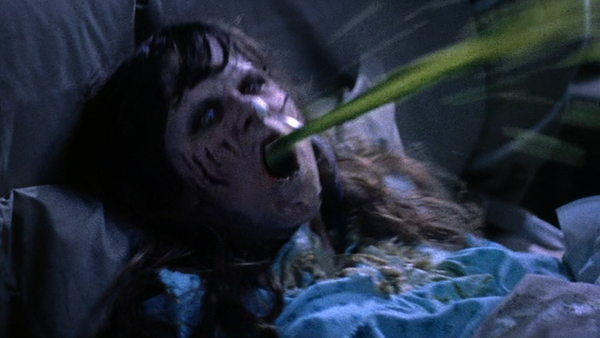 悪魔に取り憑かれ恐ろしい顔に変貌してしまったリーガンが緑色の体液を口から吐き出すおぞましい恐怖シーンもホラー映画史に残る伝説の名場面として名高い。