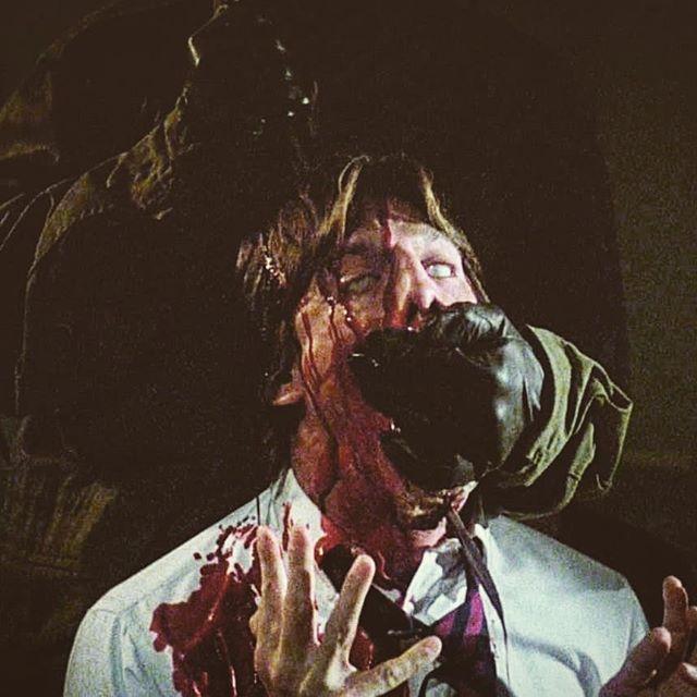 頭頂部から喉元へと突き刺すこの「脳天ぶち抜き・目ん玉白目向き」の殺害シーンは、スプラッターホラー史に残る名残酷シーンのひとつとして語り継がれている。