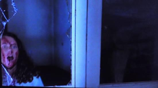 美少女が殺害される場面で、右側のガラス窓に、黒いジャケット、白い服を着た人が映り込んでしまっている。本物の幽霊ではないかと話題になったが、真相は現在も不明である。
