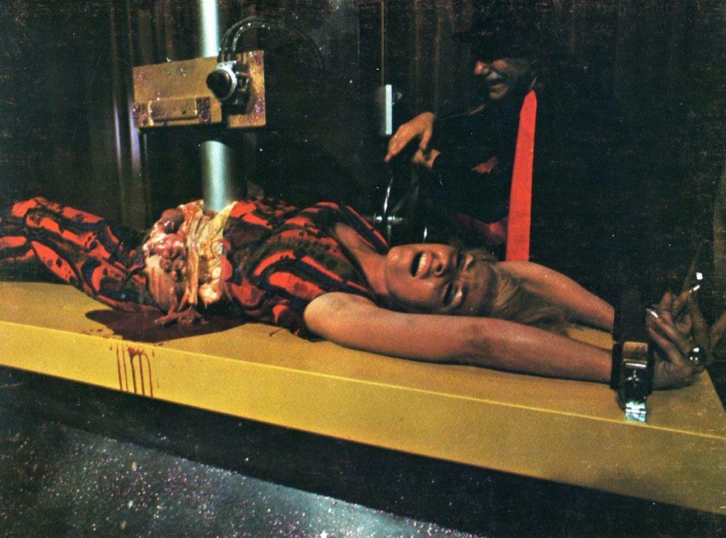 """『血の魔術師』(THE WIZARD OF GORE)は、ハーシェル・ゴードン・ルイス最高傑作と言われる後期の""""ゴア・ムービー""""(血糊映画)の傑作。魔術師モンターグは舞台で様々な方法で美女を殺害するが、一瞬後には美女は元に戻っているとい う魔術を披露していた。しかし、その後美女たちは舞台と同じ方法で何者かに殺害されていく。果たしてモンターグの仕業なのか?ラストは衝撃的!"""