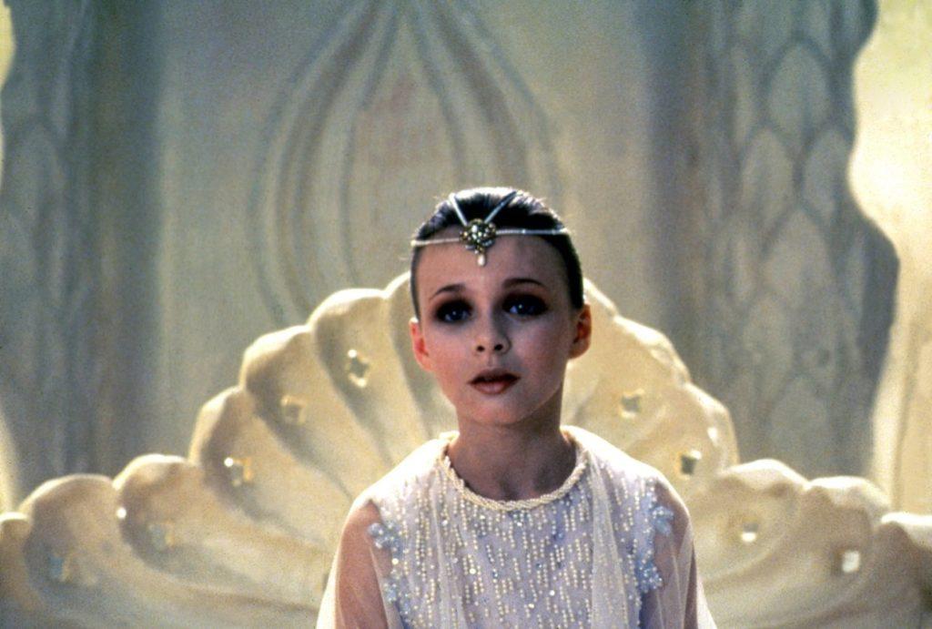 原因不明の病に侵されたファンタージェンの幼き女王「幼ごころの君」(演:タミー・ストロナッハ)