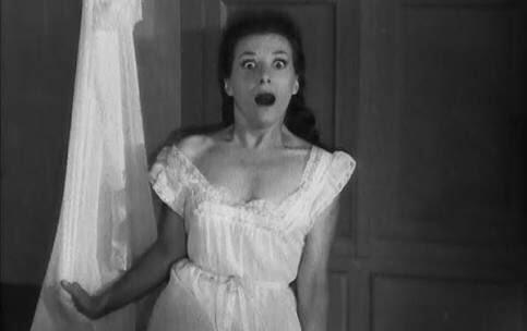 悪魔のような女(1955年)は、衝撃のラスト、あっと驚く結末で有名。パリ近郊の私立学校。校長のミシェルは、妻クリスティナの財産のおかげで地位を得たが、女教師ニコルと公然の愛人関係にある。しかし、彼があまりにも利己的な暴君であるため、妻と愛人の二人は共謀して彼を殺すことに……。ドンデン返しがショッキングなサスペンス・ムービー。