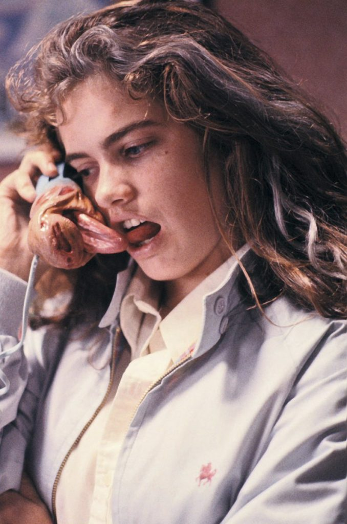 電話の受話器から殺人鬼フレディの舌が出てくる有名なシーン。