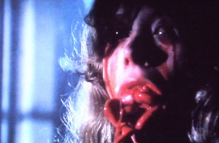 『地獄の門』の伝説の「内臓ゲロ吐き」 口から吐き出された内臓が滝のように噴きだす。