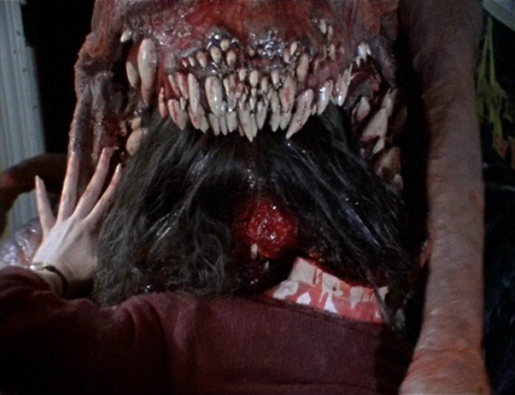 80年代に『死霊のはらわた』と共にスプラッターブームを作った幻のモンスターホラー。口が誇張されたくさんの牙があり凄まじいデザインの怪物が貪欲に人を喰い始めた。