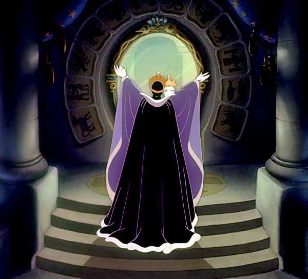 女王がいつものように魔法の鏡に『世界で一番美しいのは誰?』と聞くと、魔法の鏡は『世界で一番美しいのは白雪姫です。』と答えてしまう。
