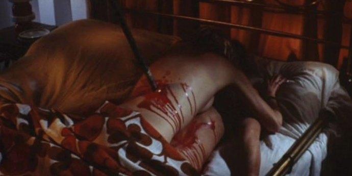 性行為に夢中になっていたカップルの男女が、二人とも串刺しになって死亡。