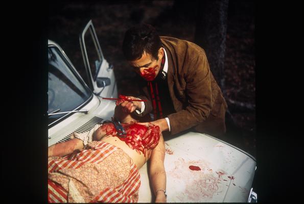 死体愛好がエスカレートしたかれはとうとう殺人事件を起こす。カップルを襲う。