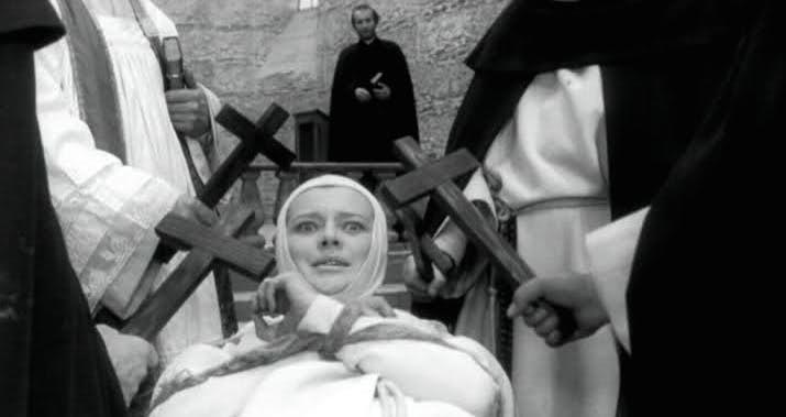 尼僧院での悪魔払いを描いた「尼僧ヨアンナ」(1961年)。スリン神父はヨアンナと面会して神の道を説くが、彼女は悪魔の言動に豹変して挑発する。尼僧全員を集めて悪魔払いをすると、多くが聖水から逃げ惑う。