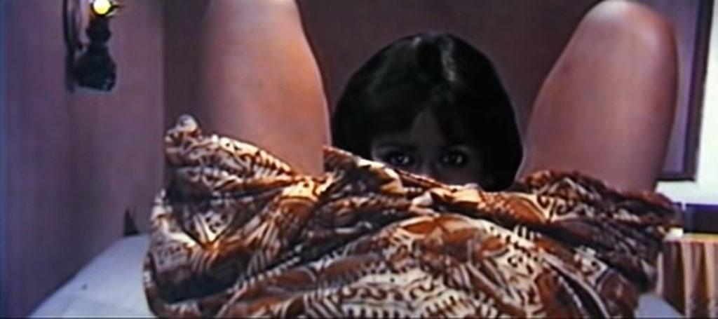 キャシーの生首(妖怪・首だけ女)は、産気づいている妊婦の股間に顔を埋め、胎児を吸いだして食べてしまう(妊婦のお腹がへこんでいく演出)。