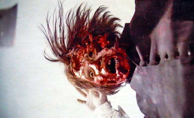 崖で削られる「顔面崩壊」は、ホラー映画史に残る残酷なショックシーンとして語り継がれている。