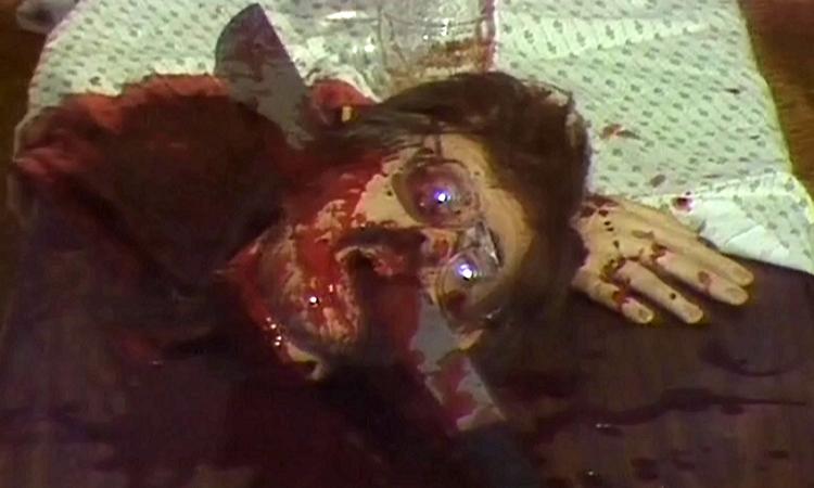ブライアンがジュリアの家族を皆殺しにするシーン。ジュリアの両親の頭部破壊。