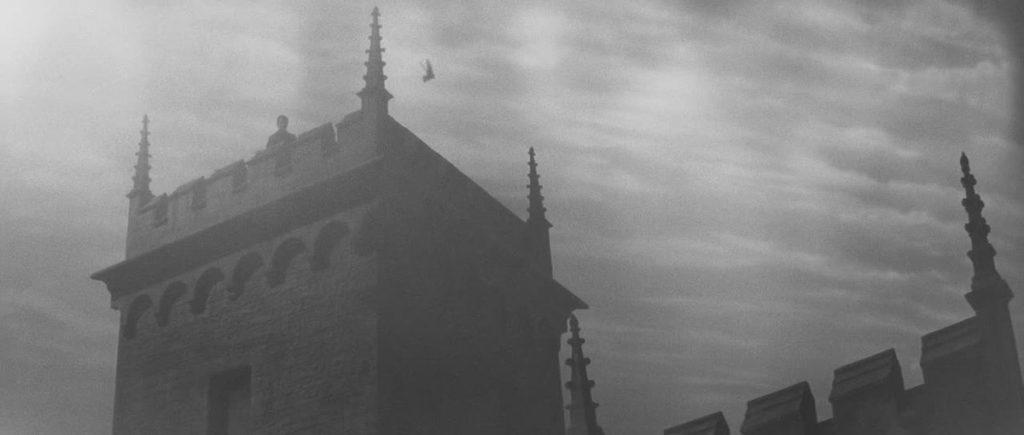 史上もっともこわい幽霊映画と評される『回転』に登場する有名な幽霊シーン「屋敷の屋上にたたずむ幽霊」