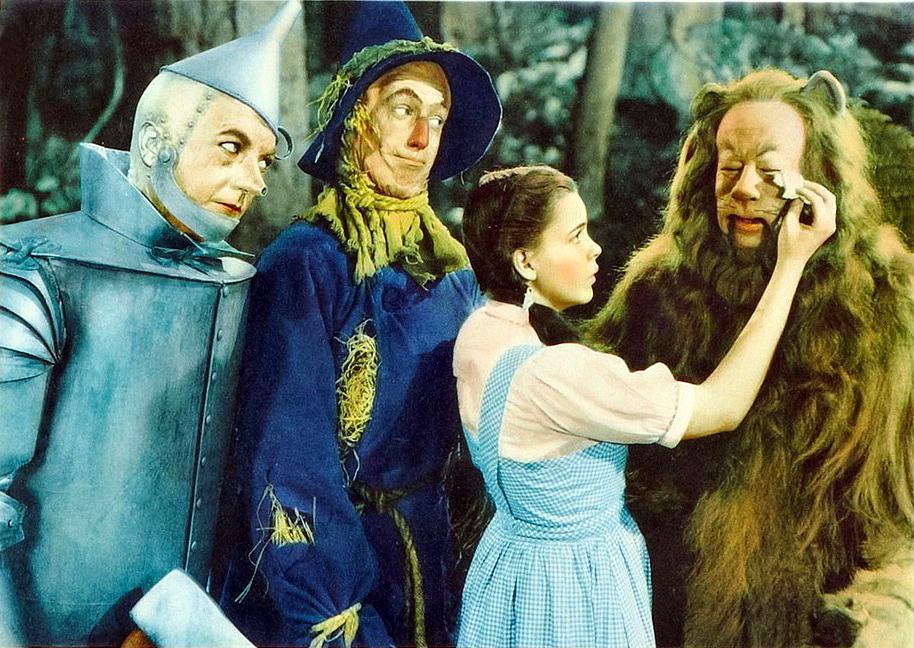 オズの魔法使い(1939年)のメインキャラクター達。左からブリキ男、カカシ、ドロシー、ライオン。