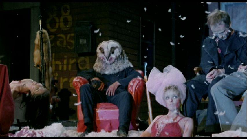 鳥の羽が舞い散る舞台に死体を並べてその中でくつろいでいる、感慨に浸るフクロウ男のシーンは幻想的で美しく、スラッシャー映画屈指の名シーン。