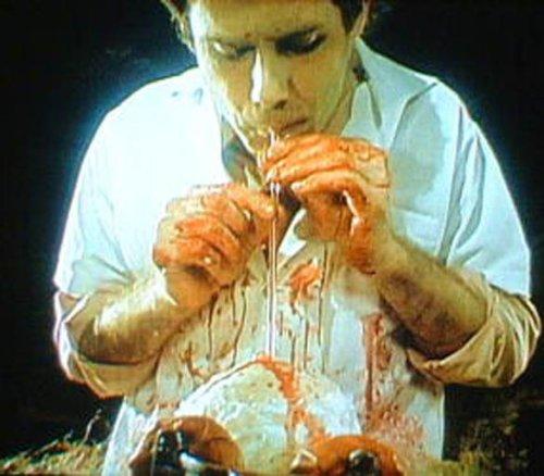 悪魔のしたたりは、不快極まりない見世物小屋で繰り広げる残酷な女体拷問ショーを描く。最大の見せ場の一つは、脳髄をすするシーン。