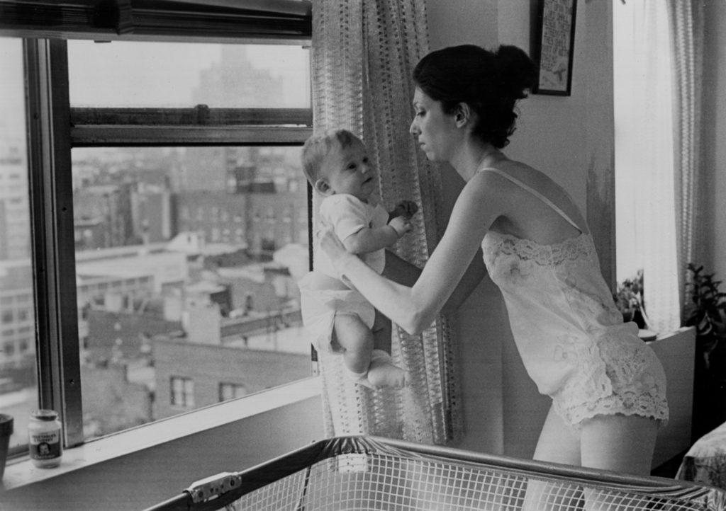 高層アパートの窓の外に赤ちゃんを放り投げてしまう。地上に落下した赤ちゃんの頭が割れて血が飛び散る。