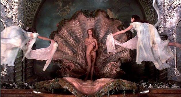 美の女神「ヴィーナス誕生」の瞬間。ユマ・サーマンが演じるヴィーナスと男爵が空中で優雅に踊るシーンなど美しい目を奪われるシーンが目白押し。