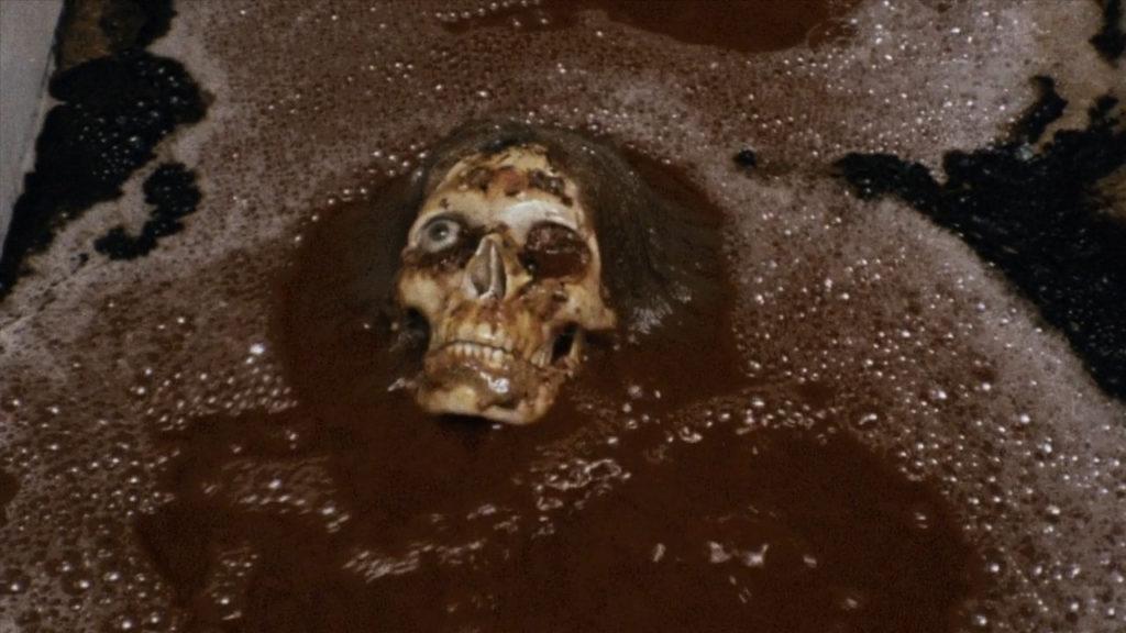 家政婦がバラバラになった死体を硫酸で溶かすシーン。猟奇描写とエロティシズムが核となった作品。