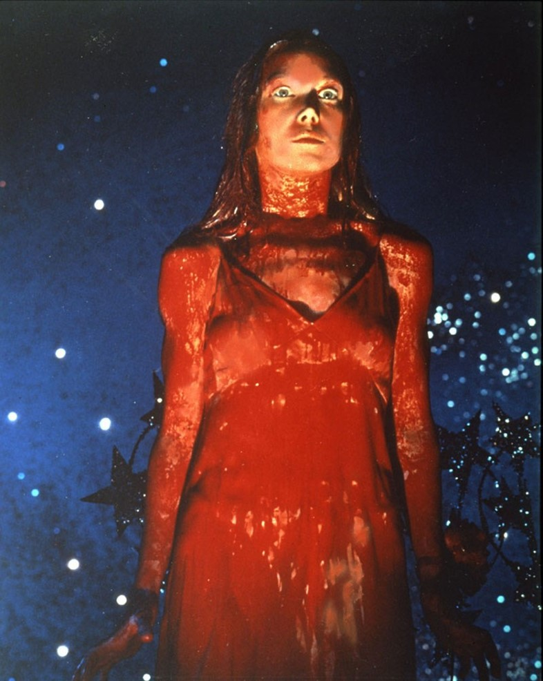 青春ホラー映画の傑作として今も語り継がれている「キャリー」(1976年)キャリーが鮮血を浴びて真っ白いドレスが真っ赤に染まるシーンは、ホラー史に残る伝説のトラウマシーン・本作の象徴的な名場面として名高い。