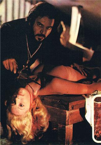 夜更けにナディアの寝室に忍び込んだ侯爵は怯える彼女を連れ去り、屋根裏部屋で首を刺し抜いて殺害する。