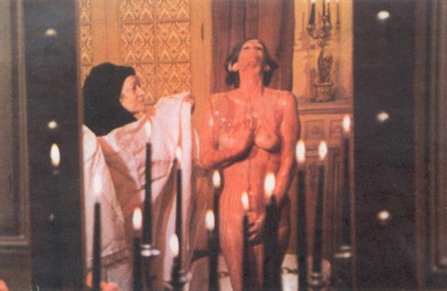 階下の部屋では全裸になったエリザベータが天井の穴から滴り落ちるベットリとした生き血を全身に浴び、恍惚の表情を浮かべているのだった。
