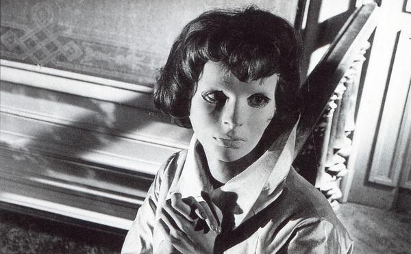 フランスで最初の重要なホラー映画と呼ばれる「顔のない眼」(1959年)は、繊細で耽美的な医療手術ホラーの原点。