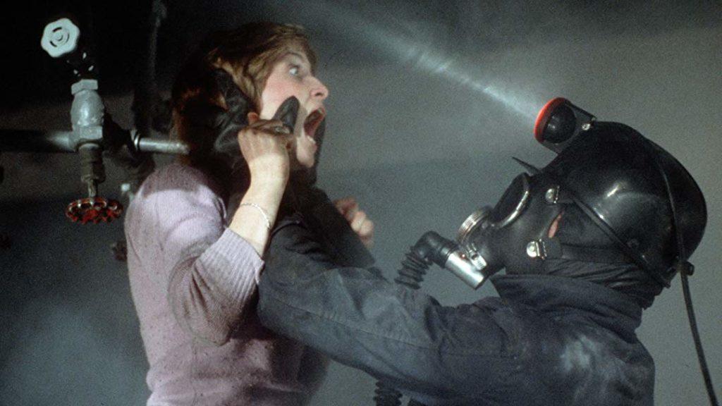 酸素マスクを着用した殺人鬼によって、シャワー代わりに使われている鉄パイプに後頭部を叩きつけられた少女が、口からお湯を吹き出す有名なシーン。