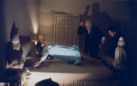 メリンとカラスの両神父は、少女リーガンから悪霊を追い払う儀式を行う。リーガンの体が宙に浮く。
