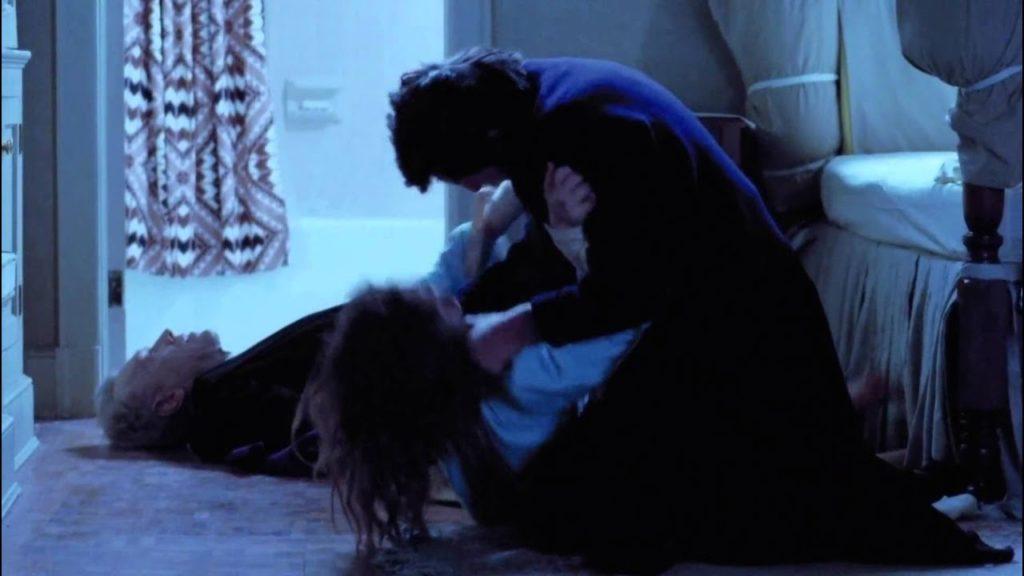 少女リーガンの首を絞める激怒したカラス神父