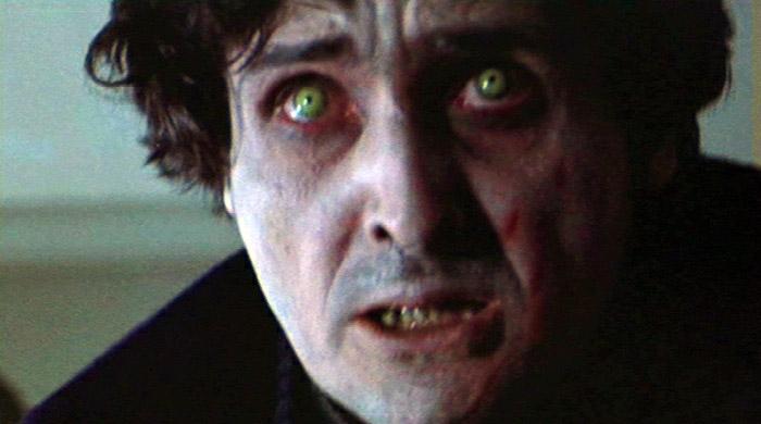 悪魔に取り憑かせたカラス神父は、窓から身を投げて自殺を図る。