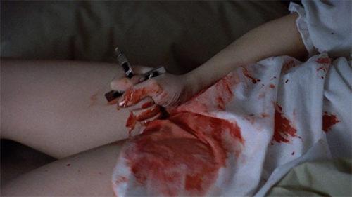 悪魔に取り憑かれたリーガン(演:リンダ・ブレア)が股間に何度も十字架を突き刺す自慰シーンは、問題視され物議を醸し出した。