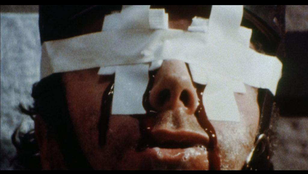 暴行・殺人犯の電気椅子処刑シーン。囚人は、84歳の老女を暴行・殺害したラリー・デ・シルバ。手足を固定され、両眼にガーゼをあてがわれて2000ボルトの電流が送り込まれる。囚人は絶命した。