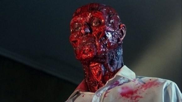 不気味な皮膚がない血みどろフランク。謎の小箱の力で肉体を消失したフランクだったが、ジュリアの誘惑してきた男達の血と肉を喰べて蘇生しつつあった。