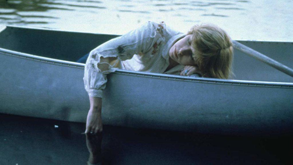 13日の金曜日(1980年)の伝説的な衝撃のラスト。心臓が止まるほどビックリした観客が多数。警察も到着し、もう絶対的に事態は安全だと観客は油断をしていた。アリスが目覚めると、背後から突然・・・