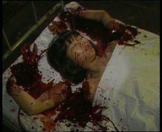 もっとも悪名高い『ギニーピッグ2 血肉の華』はあのチャーリー・シーンが本物のスナッフ・ビデオと勘違いして、FBIに通報するほどのリアルさと残虐さを誇っています。