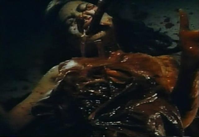 太古の怪物の残虐な触手攻撃。口から入った触手が内臓を突き破る。恐るべきスプラッター・グロ映像。
