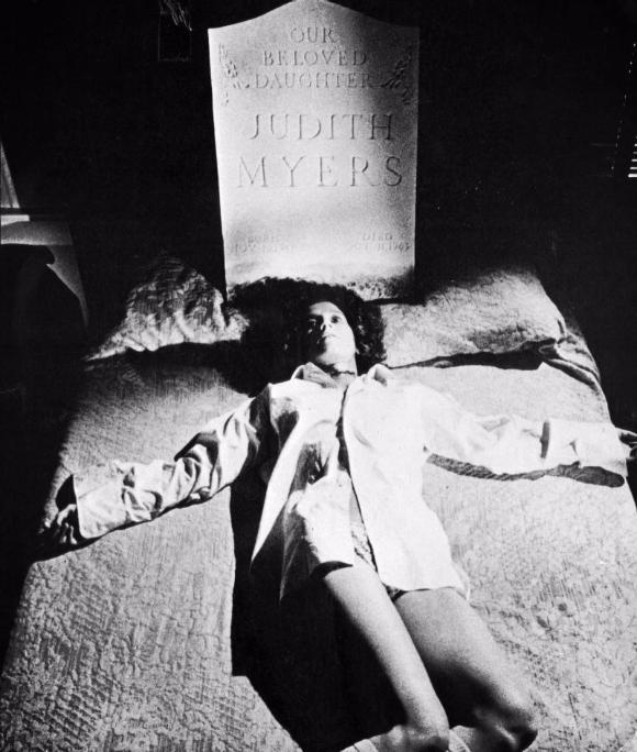 殺人現場に置かれたマイヤーズ家の長女の墓石。ブギーマンは人間離れした怪力の持ち主として描かれている。