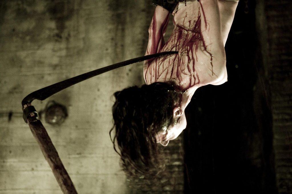 最初の犠牲者になるローナが拷問を受ける。