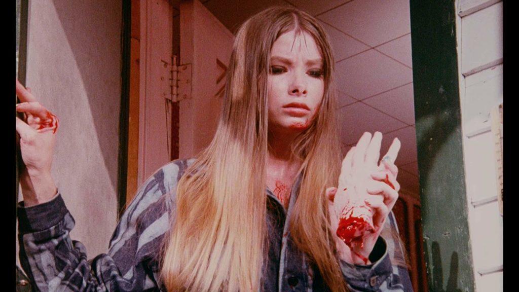 キャリー(リン・ローリー)が突然電動カッターでおばさんの腕を切って殺害。